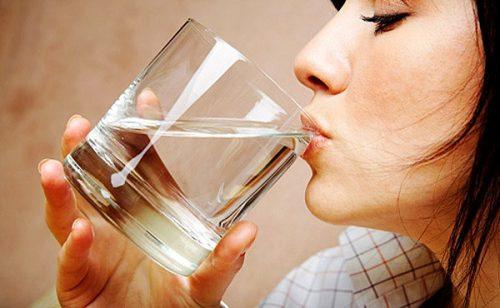 Почему лекарства советуют запивать водой