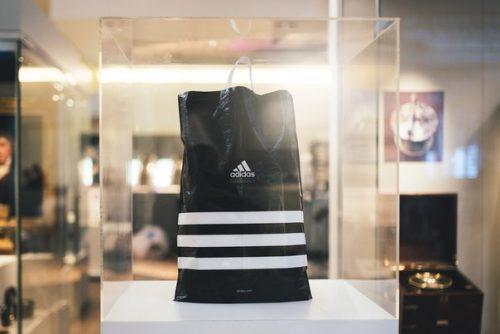 Полный переход на бумажные пакеты магазинов adidas