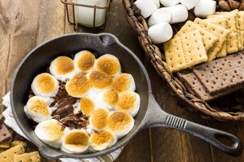 S'mores Dip из маршмэллоу и шоколада Ингредиенты: 3/4 стакана шоколадных капель, 8 больших маршмэллоу, разрезанных пополам, печенье
