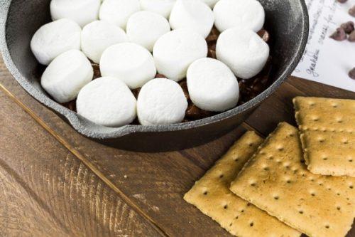 Растопить шоколад и выложить сверху зефир.