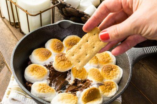 Подавать дип вместе с печеньем.