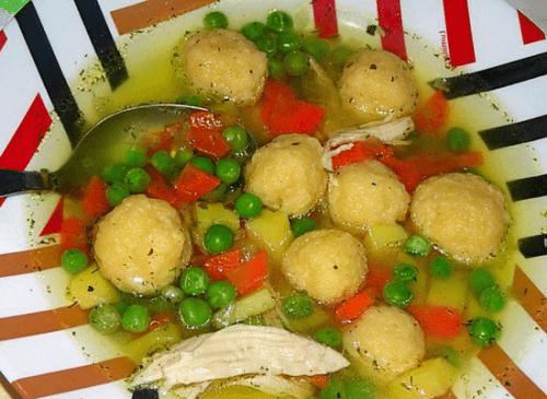 Куриный суп с сырными клёцками и зелёным горошком
