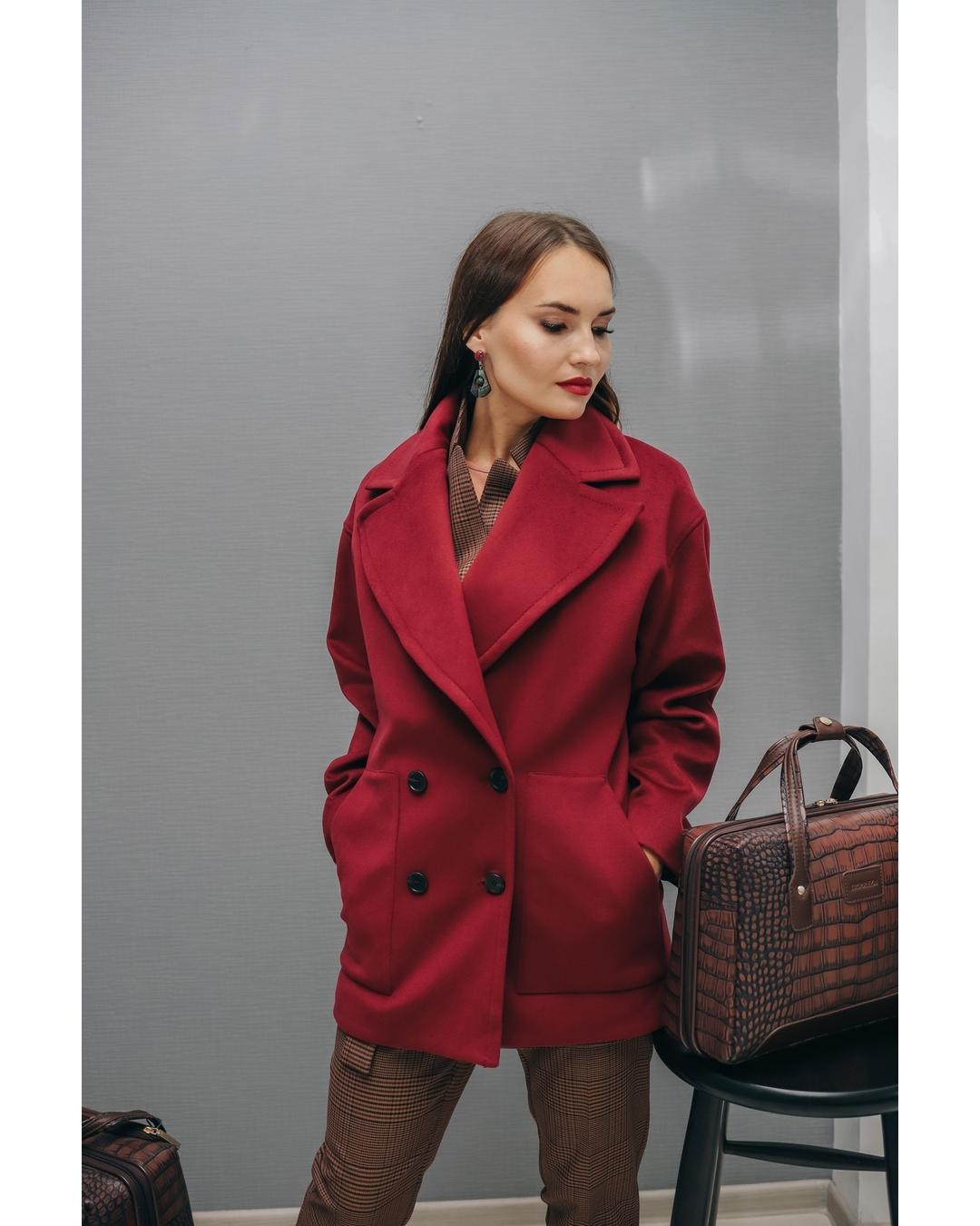 Бордовое пальто фото 3