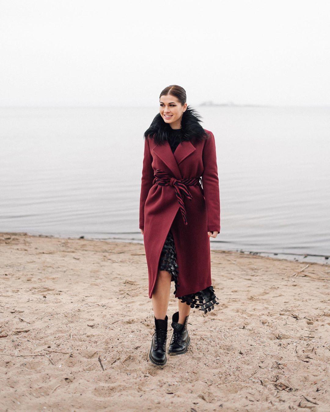 Бордовое пальто фото 4