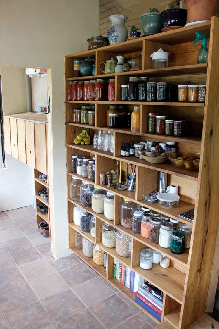 стеллажи для организации кладовой на кухне фото 9