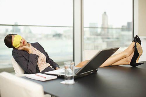 Ученые предлагают «легализовать» послеобеденный сон для офисных работников
