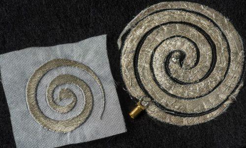 Узоры на такой одежде состоят из тонких посеребрённых нитей