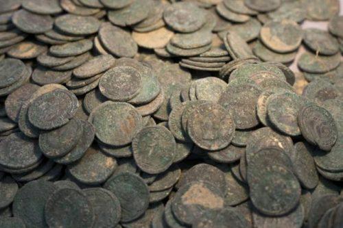 small 600 kg drevnerimskih bronzovyh monet 3