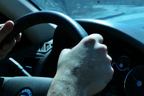 Вождение становится опасным когда автолюбители заняты набором SMS