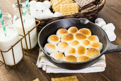 Духовку разогреть до 220 С. Поставить форму с десертом в духовку на 5-7 минут.
