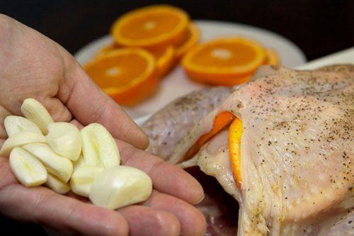 Целая курица с апельсинами