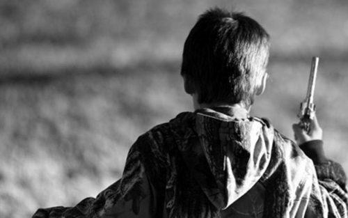 Дети случайно находят пистолеты и стреляют из них