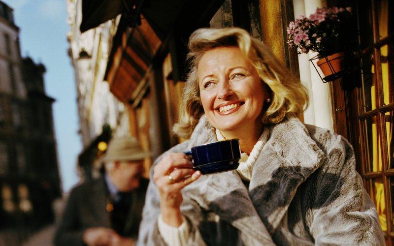 Француженки зрелого возраста не пренебрегают уходом за собой, они так же, как и в молодости, следят за модой и не отказываются от косметики.