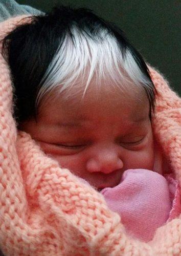 девочка с белой прядью волос