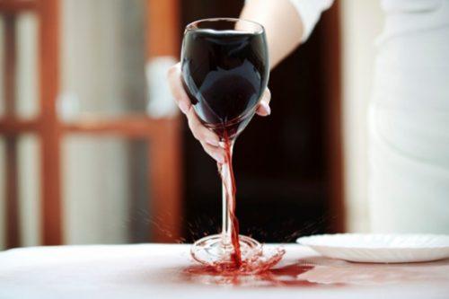 Пятна от вина часто остаются на скатерти после застолья