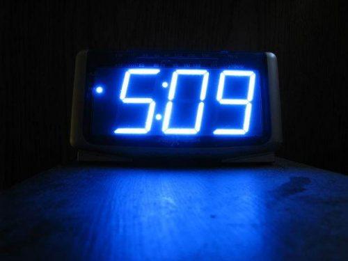 Избегайте ярких будильников