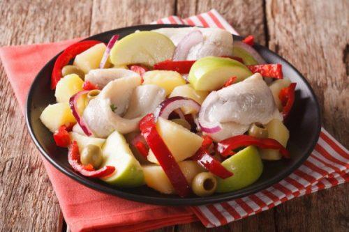 Салат из сельди с картофелем и яблоком