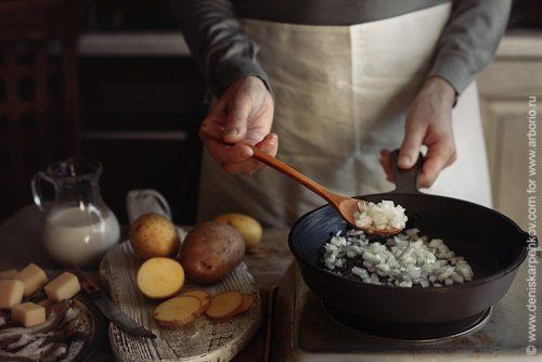 Почему еда прилипает к сковороде?