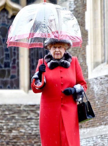 Стиль по-королевски: кто создает платья Елизаветы II