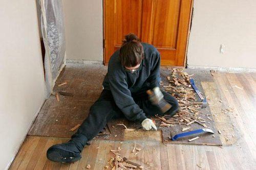 Как выровнять деревянный пол без снятия досок?