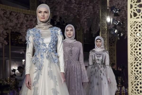 Закрытые женственные наряды на смену ультрамини… Платья завораживают!