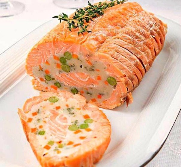 В большинстве рецептов используются готовые филе или стейки лосося, хотя целая рыба или её отдельные части также хороши в приготовлении.