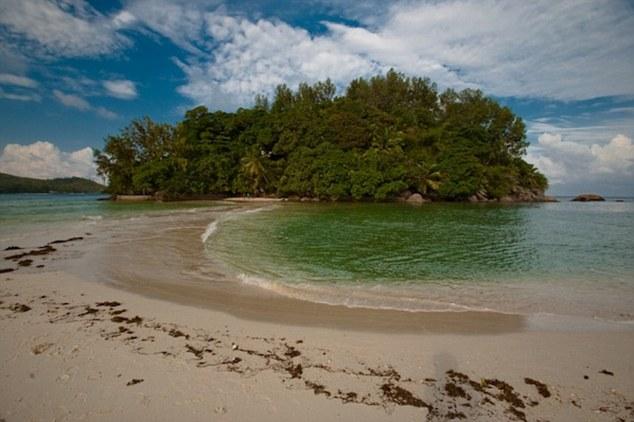 Он купил себе остров за  000. И сделал из него подлинный рай!