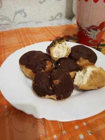 булочки в шоколаде со взбитыми сливками