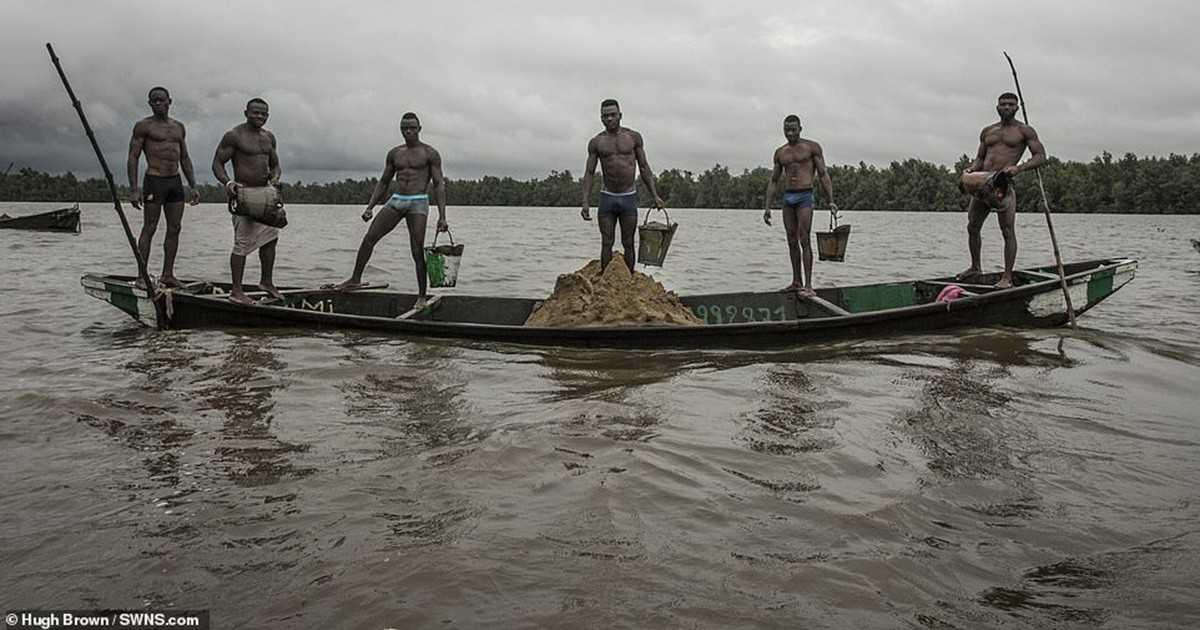 то сфоткал в Камеруне шахтёров добывающих песок из воды. И те обрели мировую известность