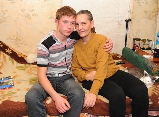 Помните 8-летнего мальчика, который сам выхаживал больную маму? Сегодня ему уже 23 года!