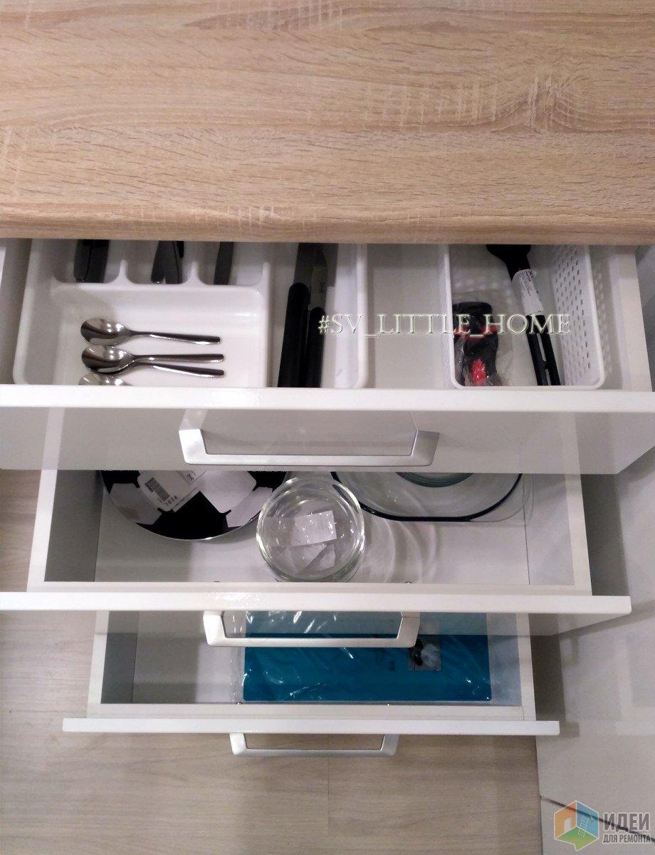 в ящиках столовые приборы, мисочки, тарелки, сковородка