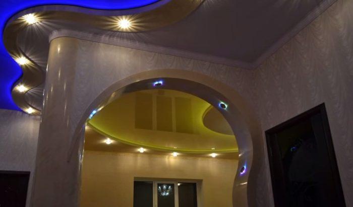 Дизайн натяжного потолка в прихожей