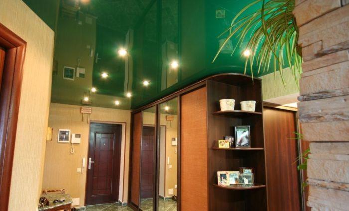 Зелёный натяжной потолок в прихожей
