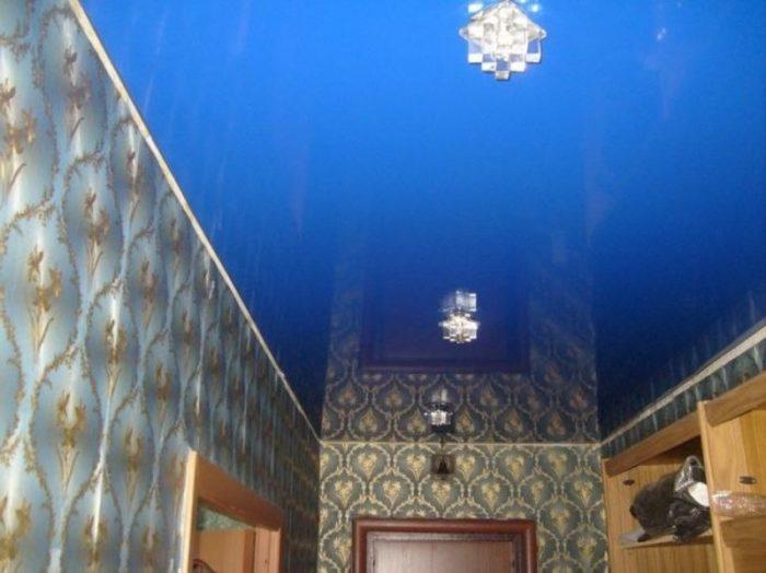 Синий натяжной потолок в прихожей