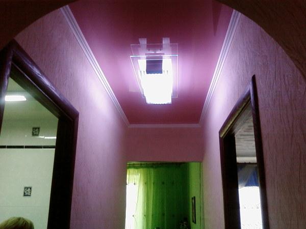 Фиолетовый натяжной потолок в прихожей