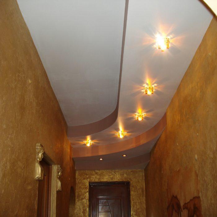 Прихожая с точечными светильниками с рассеивателем