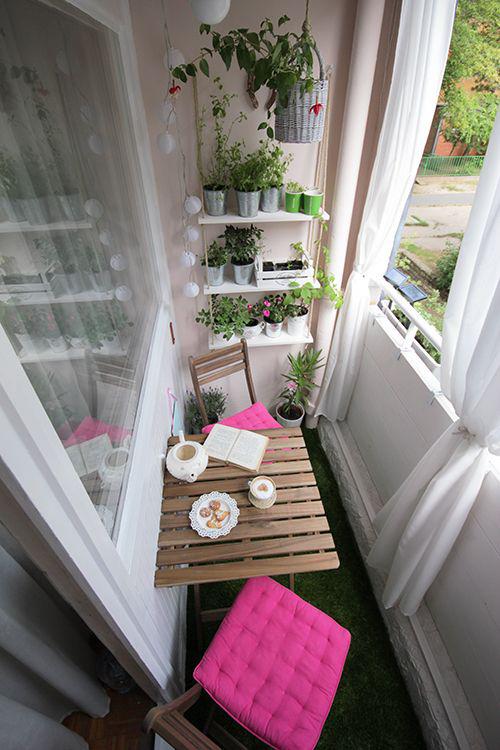 Уютный балкон со столиком
