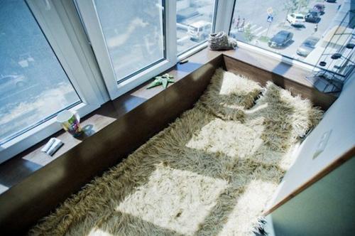 Отличная лежанка из шкуры на балконе