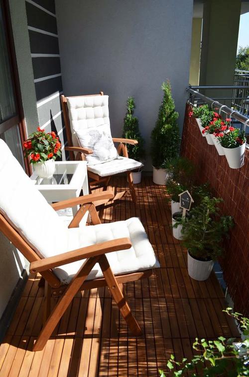 Балкон с шезлонгами