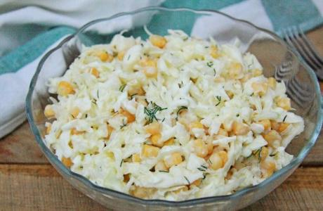 salat iz kapusty s kukuruzoy i yaycami 1