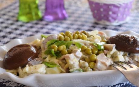 salat so svininoy i marinovannymi gribami 1