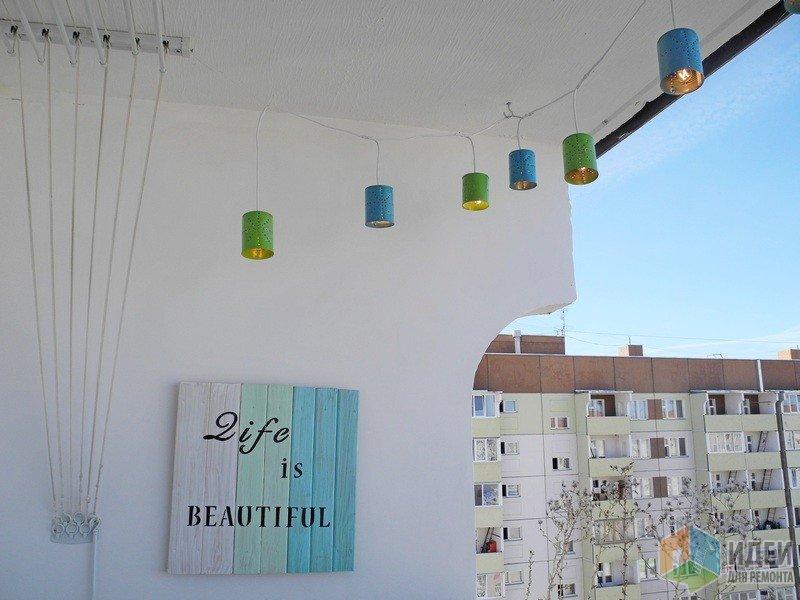 Мой самодельный декор - электрическая гирлянда, подсвечники и доски с надписями.