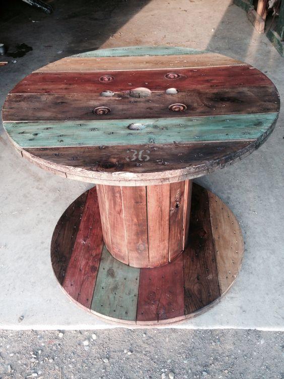 kreativnyj stol iz nenuzhnoj derevjannoj katushki