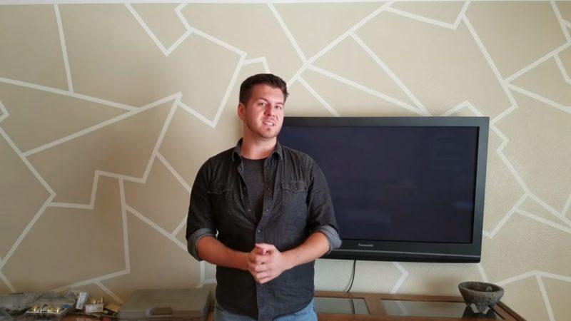 otlichnyj variant akcentnoj steny svoimi rukami pri pomoshhi prostoj klejkoj lenty