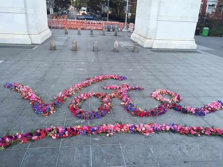Цветочный дизайнер превращает мусорные баки в гигантские букеты