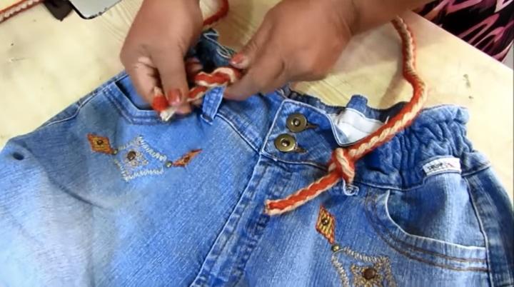 Отличная и стильная вещица, которую ты можешь сделать из старых джинс