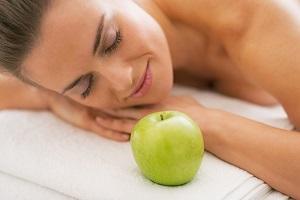 Как делать яблочный массаж от целлюлита в домашних условиях?