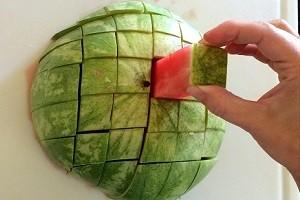 Лучший способ порезать арбуз для гостей на стол. Полезный лайфхак