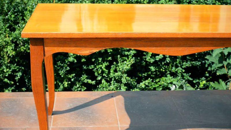 obnovljaem staryj sovetskij stol... obojami. poluchilos ochen dostojno