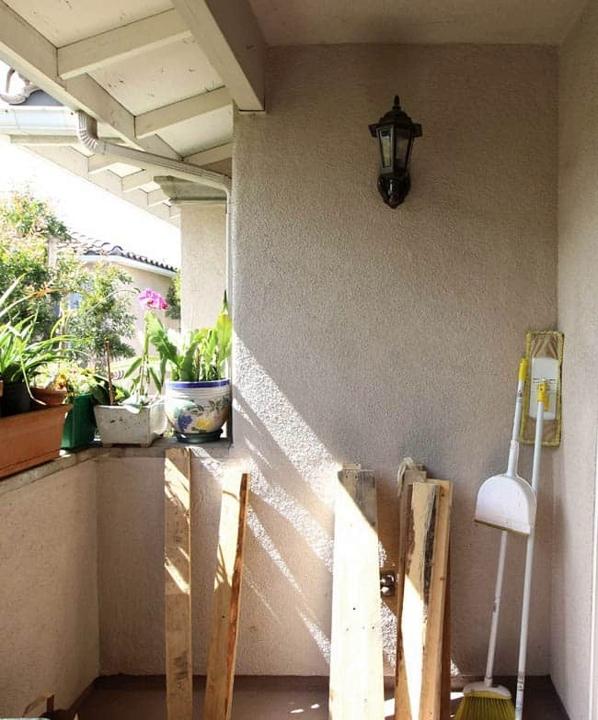 prostejshaja peredelka balkona iz brosovyh materialov